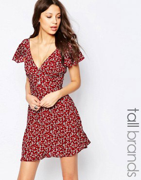 photo Angel Sleeve Tea Dress In Ditsy Print by Influence Tall, color Maroon - Image 1