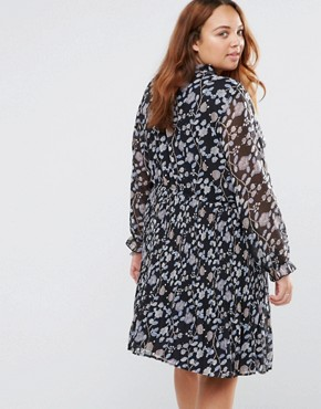photo Pleated Dress In Floral Print by Yumi Plus, color Black - Image 2