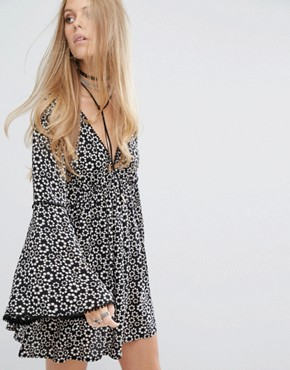 photo Swing Dress with Flared Sleeves and Tie Back In Daisy Chain Print by Kiss The Sky, color Black - Image 2