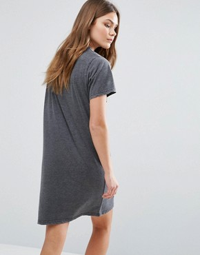 photo Nibbled T-Shirt Dress by New Look, color Mid Grey - Image 2