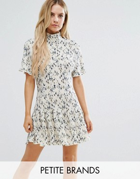 photo Plisse High Neck Floral Shift Dress by Missguided Petite, color Print - Image 1