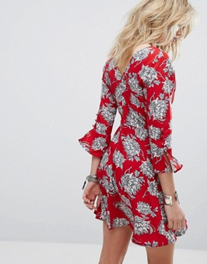 photo Rouleaux Loop and Button Detail Floral Dress by Influence, color Red - Image 2