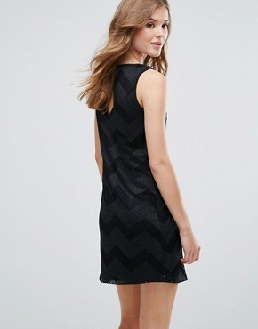photo Sleeveless Shift Dress in Zig Zag Print by Lavand, color Black - Image 2
