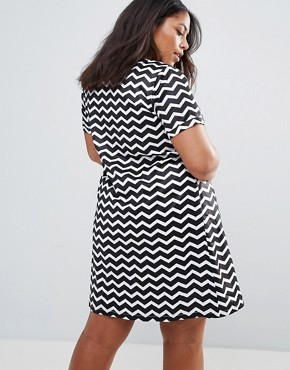 photo Tunic Dress with Metal Plate Detail in Chevron Print by Yumi Plus, color Black/White - Image 2