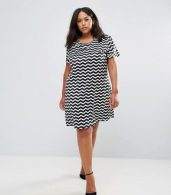 photo Tunic Dress with Metal Plate Detail in Chevron Print by Yumi Plus, color Black/White - Image 4