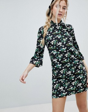 photo Shift Dress with Mandarin Collar Detail in Daisy Garden Floral by Influence, color Black Floral - Image 1
