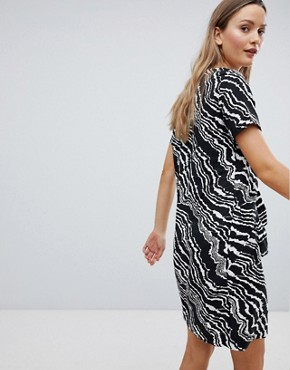 photo Piritta Wavey Stripe Shift Dress by in Wear, color Black & White - Image 2