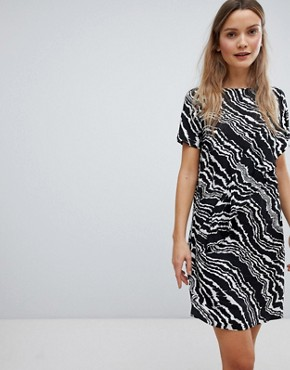 photo Piritta Wavey Stripe Shift Dress by in Wear, color Black & White - Image 1
