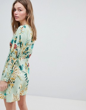 photo Split Sleeve Tea Dress in Floral Print by Influence, color Green - Image 2
