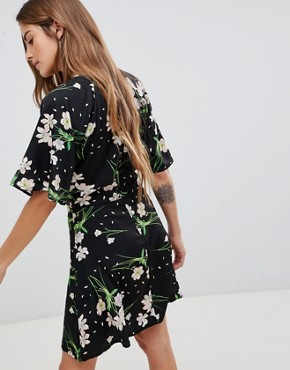 photo Dress with Split Neck Detail in Blossom Print by Daisy Street, color Black - Image 2