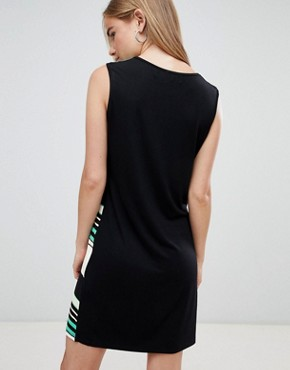 photo Colourblock Shift Dress by QED London, color Green - Image 2